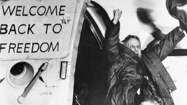 David Roeder  waves as he arrives at a US Air Force base in West Germany from Algeria in a January 21, 1981 photo. He was among 52 Americans held hostage in Iran for 444 days after their capture at the US embassy in Tehran.