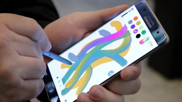 The company shipped early models of the Note 7 to wireless operators around the world, including AT&T Inc in the US and Telstra Corp in Australia.