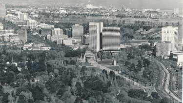 Aerial photo taken in 1976 of the Shrine of Remembrance, Kings Domain Gardens, St Kilda Road, and in the distance, Albert Park Lake and St Kilda.