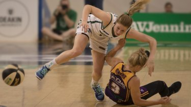 Aimie Clydesdale and Brittany Smart tangle in the race for a loose ball.