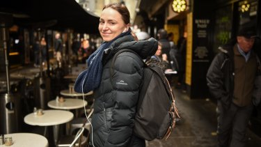 Katherina Ludwikowski  chooses a backpack with one eye to her spinal health.