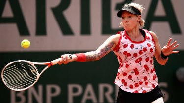 American Bethanie Mattek-Sands was outclassed by Samantha Stosur in the third round of the French Open at Roland Garros.