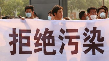 Tianjin protesters with a banner that reads 'No Pollution'.