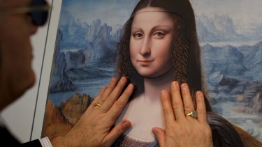 A blind person feels a copy of 'La Gioconda from Da Vinci's workshop' at the Prado.