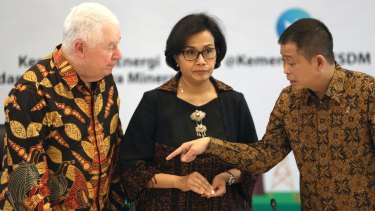 Richard Adkerson, chief executive of Freeport-McMoRan Copper & Gold Inc.; Indonesian Finance Minister Sri Mulyani Indrawati; and Energy and Minerals Minister Ignasius Jonan in Jakarta.