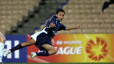 Archie Thompson in action for Victory during the 2005 pre-season.