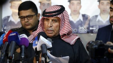 Safi Yousef, the father of Muath al-Kasaesbeh, the Jordanian pilot held by Islamic State, has asked the hardline group to pardon and release his son.