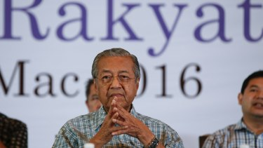 Former Malaysian prime minister Mahathir Mohamad prays with opposition leaders in Shah Alam, Malaysia, last month.