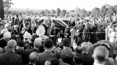 The coffin arrives at the graveside.