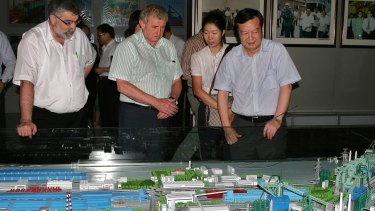 Former trade minister Simon Crean with former Wuhan Steel chairman Deng Qilin in 2009.
