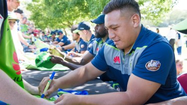 Josh Papalii signing autographs at a Raiders event.