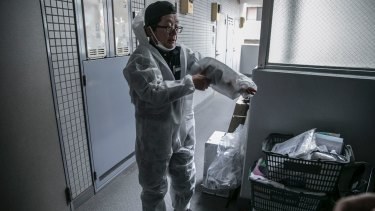 Akira Fujita is the supervisor of a crew from Next, a company that specializes in cleaning up after lonely deaths.