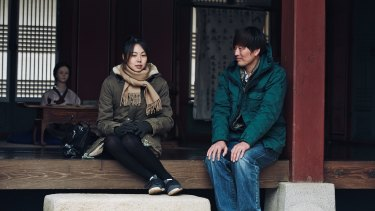 Min-Hee Kim and Jae-yeong Jeong in <i>Right Now Wrong Then</i>.