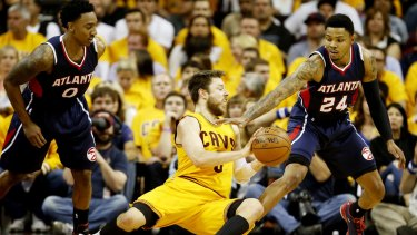 Dellavedova battles Hawks' Jeff Teague and Kent Bazemore.