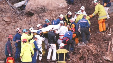 Rescue workers carry Stuart Diver to a waiting ambulance