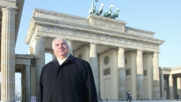 Helmut Kohl passing through Brandenburg Gate.