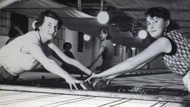 Women printing Pohjanmaa fabric, designed by Maija Isola, around 1953.