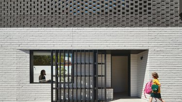 Perimeter House. Designed byMAKE Architecture Photographer: Peter Bennetts