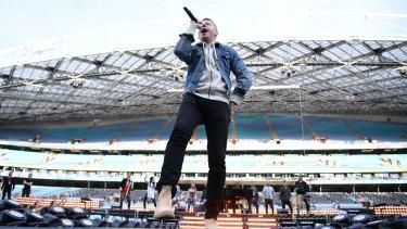 Macklemore rehearsing ahead of Sunday's NRL Grand Final.