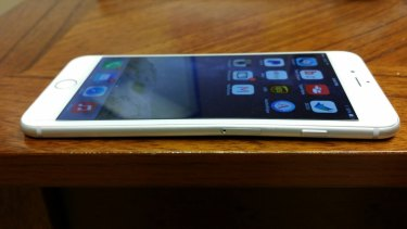 iBoost621 posted this picture of an iPhone 6 Plus with a kink in it.