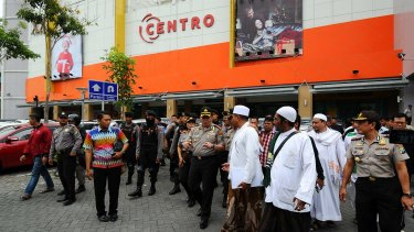The Islam Defenders Front delegation speak to police outside a Surabaya shopping centre.