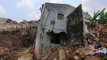 The death toll in the catastrophic collapse of a garbage dump in Sri Lanka has risen to 28.