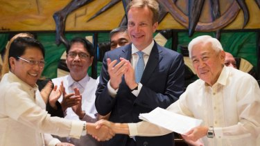 Jesus Dureza, representing the government of the Philippines, Norwegian Minister of Foreign Affairs Boerge Brende and Luis Jalandoni, representating the National Democratic Front of the Philippines, after signing the accord.