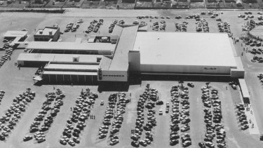 The centre had 26 stores, 700 car parking spaces, 15,000 people in attendance and was set over 28 acres on opening day.