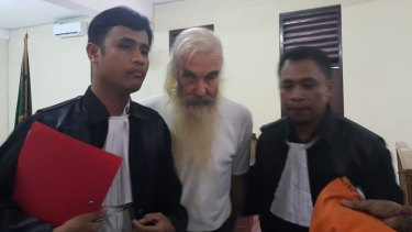 Robert Andrew Fiddes Ellis flanked by his lawyers Benny Hariyono (left) and Yanuar Nahak (right).