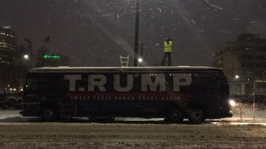 David Gleeson golfing atop the T. Rump bus.
