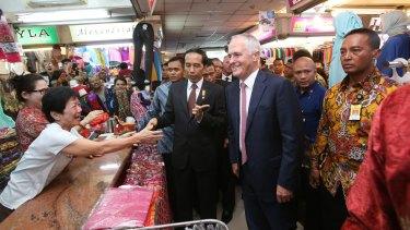 Malcolm Turnbull  and Joko Widodo meet traders at a Jakarta market.