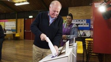 Tony Windsor casts his vote at Werris Creek Public School