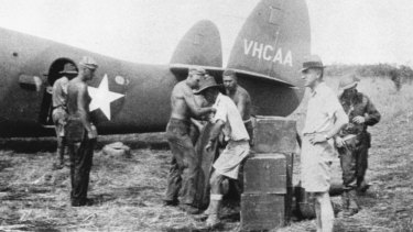 Hudson Fysh (second from right) pictured during the loading of Qantas aircraft at Port Moresby.