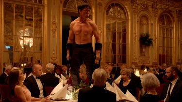 Terry Notary confronts wealthy arts patrons in <i>The Square</i>.