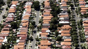 Investors would face more difficult circumstances in a declining economy than home owners, Moodys' Investors Service warns.