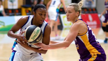 Capitals guard Renee Montgomery looks for a way past the Melbourne Boomers defence.