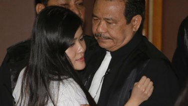 Jessica Wongso speaks with her lawyer, Otto Hasibuan at Central Jakarta District Court on Thursday.