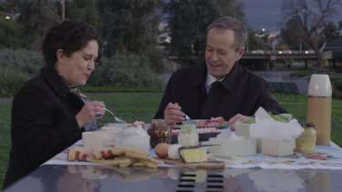 Bill Shorten and the ABC's Annabel Crabb tuck into a picnic feast on <i>Kitchen Cabinet</i>.