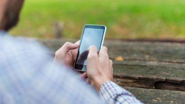 Having your phone push new emails to you constantly breeds bad habits, a study has indicated.