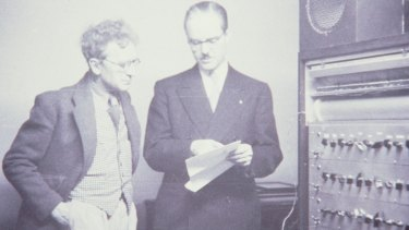 Percy Grainger with Earle Kent and the Kents Electronic Music Box in 1951.