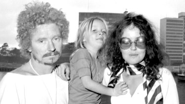 Brett Whiteley in Sydney in 1969 with his wife Wendy and daughter Arkie.