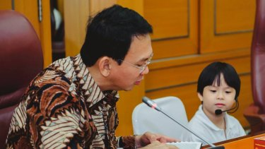 Ahok is interviewed by one of the schoolchildren.