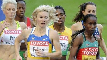 Madeleine Pape (far left) races against Caster Semenya (centre), 2009