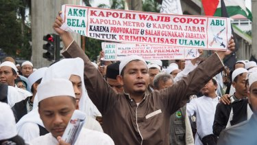 Protesters from the Islam Defenders' Front or FPI demand the sacking of West Java's police chief over treatment of their supporters.