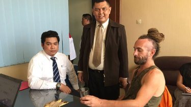 David Taylor, right, with lawyers Yan Erick Sihombing, left, and Haposan Sihombing in Denpasar.