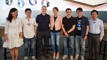 Toutiao.com founder Zhang Yiming (right) with Apple boss Time Cook (third from left) last year. The Toutiao app was made from the start for mobile devices.