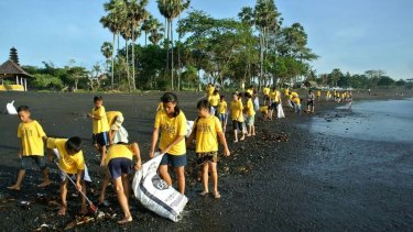 Volunteers from Trash Hero cleaning up rubbish on Bali beaches.