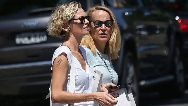 Sarah Murdoch helps stepmother-in-law Jerry Hall shop in Sydney this week.