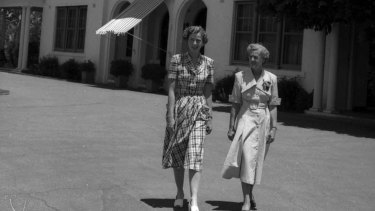Dame Pattie Menzies and her daughter Heather walk the grounds of The Lodge in January 1950.