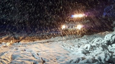 The SES is on the way to rescue two men who have been trapped by the snow since Saturday.